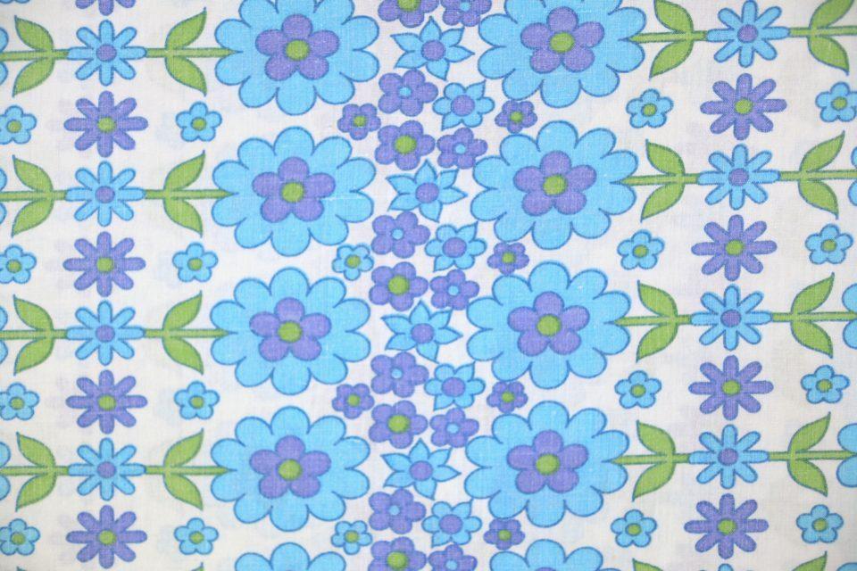 ポップな花モチーフ! 人気の花柄レトロファブリック(青) 幅123cm