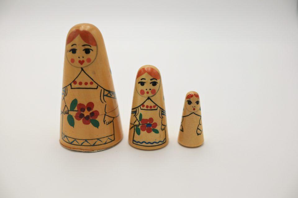 ユニークな形のヴィンテージマトリョーシカ3姉妹