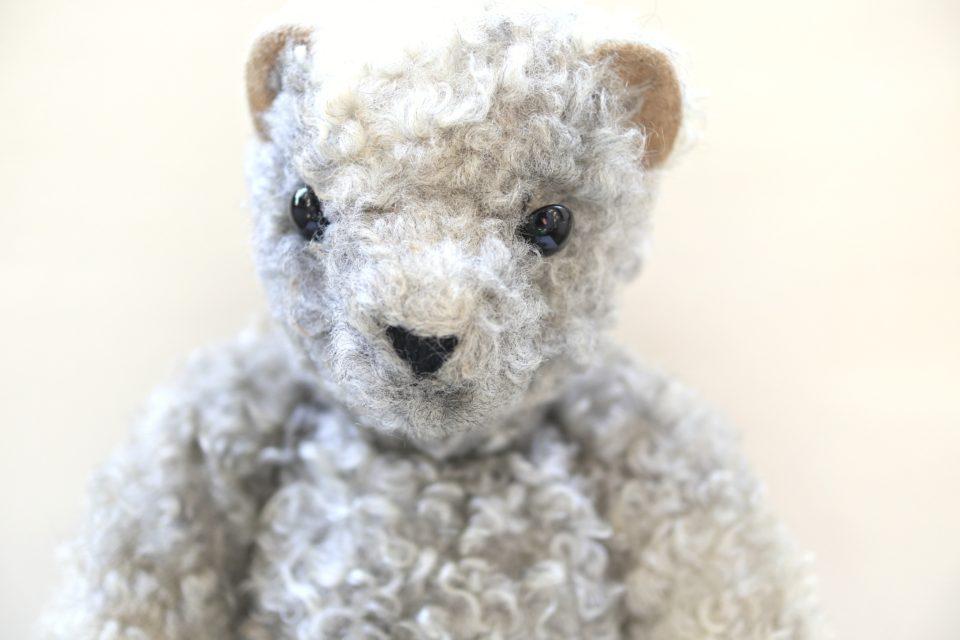 羊毛でできたモコモコ毛並みのレトロテディ