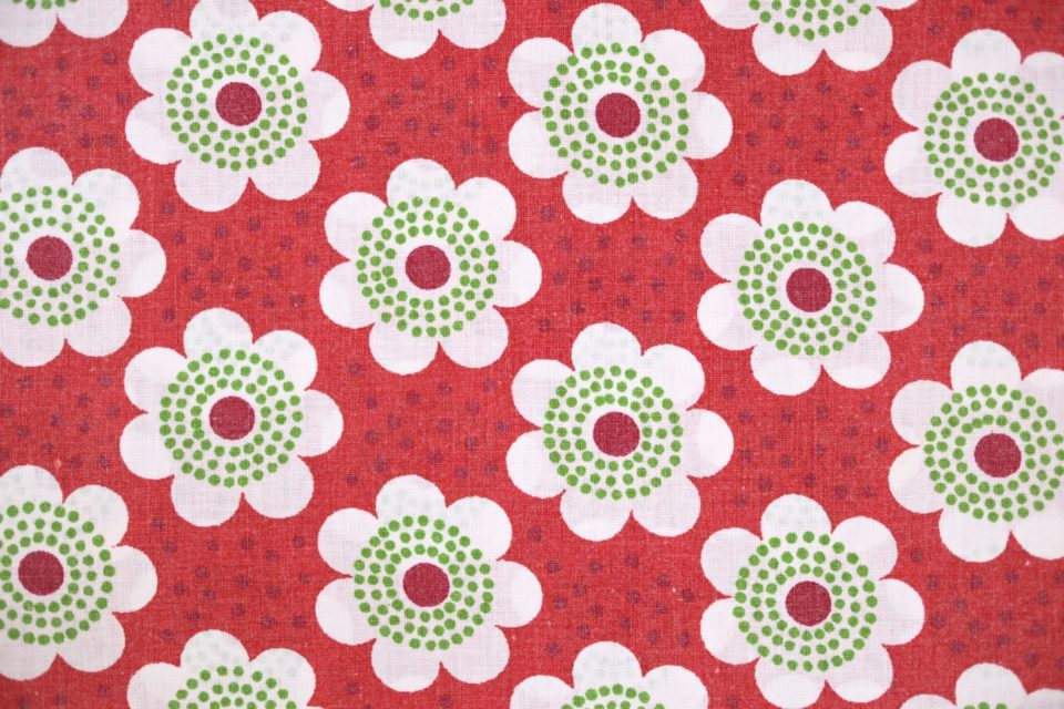 レトロな赤色! キュートな花モチーフ入りヴィンテージ布 幅127cm