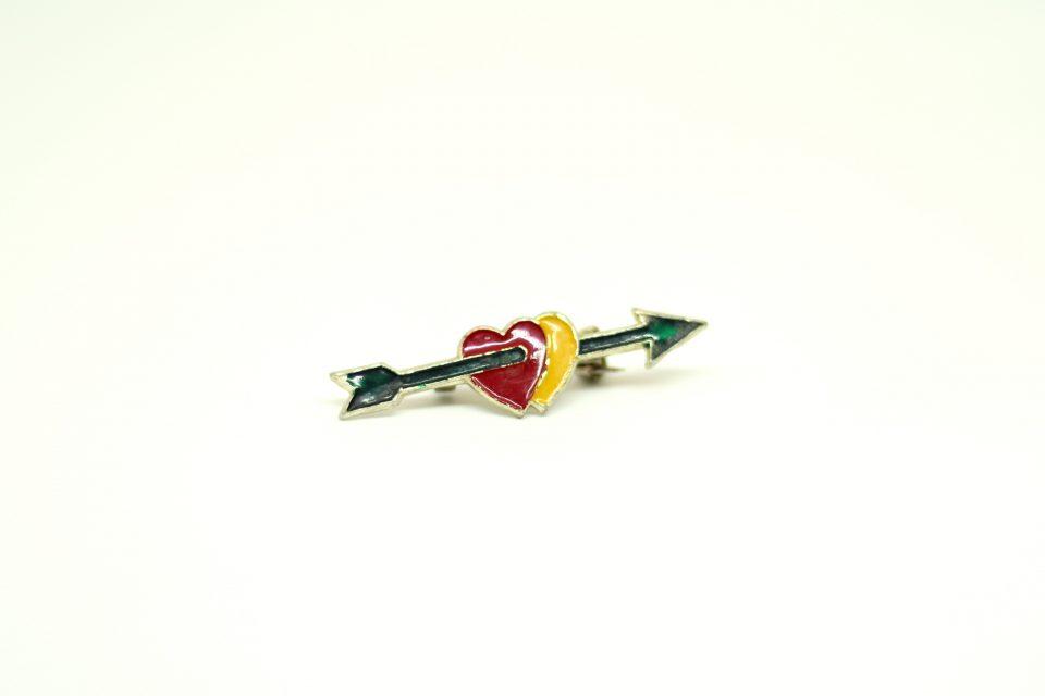 蚤の市レトロ ハートを射抜く矢のヴィンテージピンバッジ