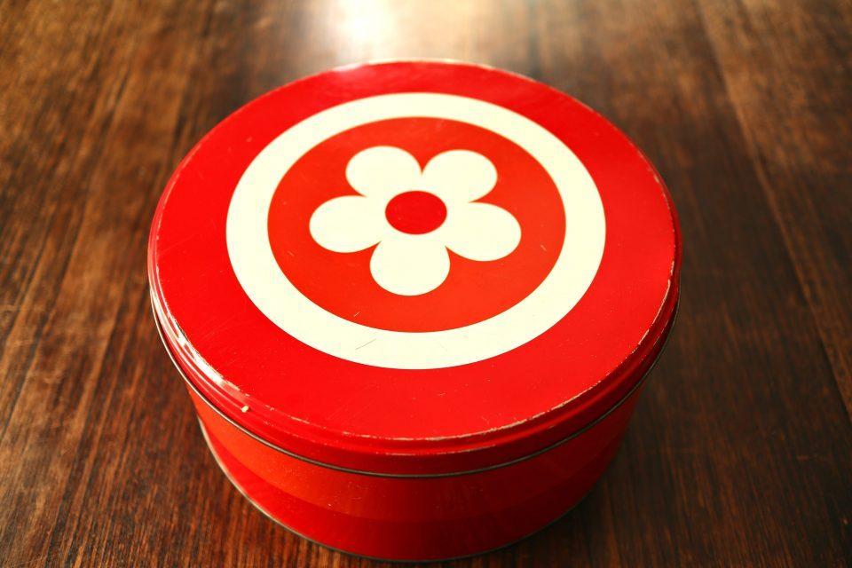 オスロ蚤の市 フラワーモチーフ入り 赤のヴィンテージティン缶