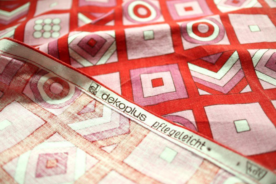 デコプラス社製幾何学模様のレトロ生地(赤) 幅105cm