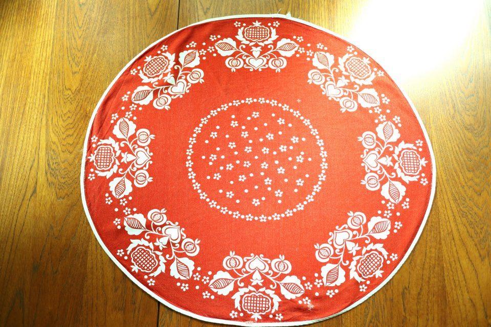 レトロな赤色ヴィンテージテーブルクロス(円形)