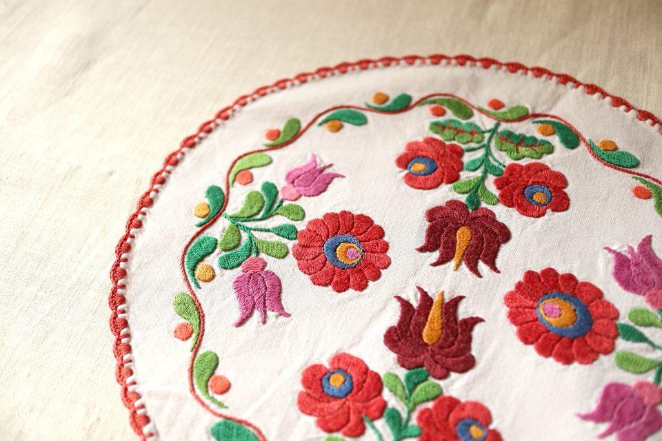 両面刺繍が美しいレトロな花模様円形クロス
