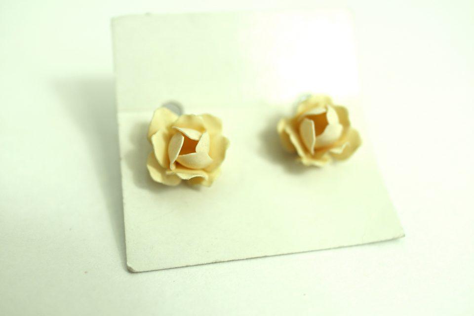 樹脂製クリーム色薔薇のヴィンテージイヤリング