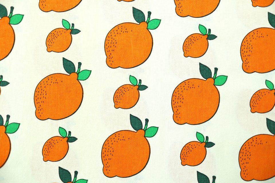 オレンジ色をしたレモン柄ヴィンテージ布 幅102cm