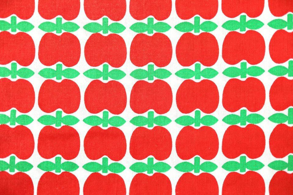 レトロポップなりんご柄赤色ヴィンテージ生地 幅95cm