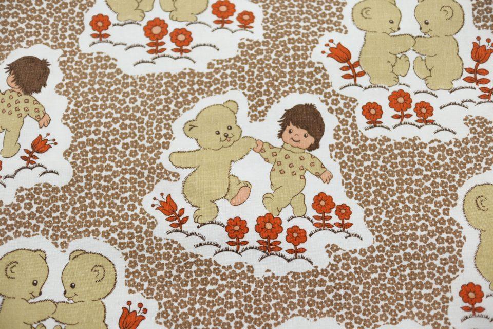 愛くるしい子グマ模様のレトロ布(ブラウン) 幅95cm
