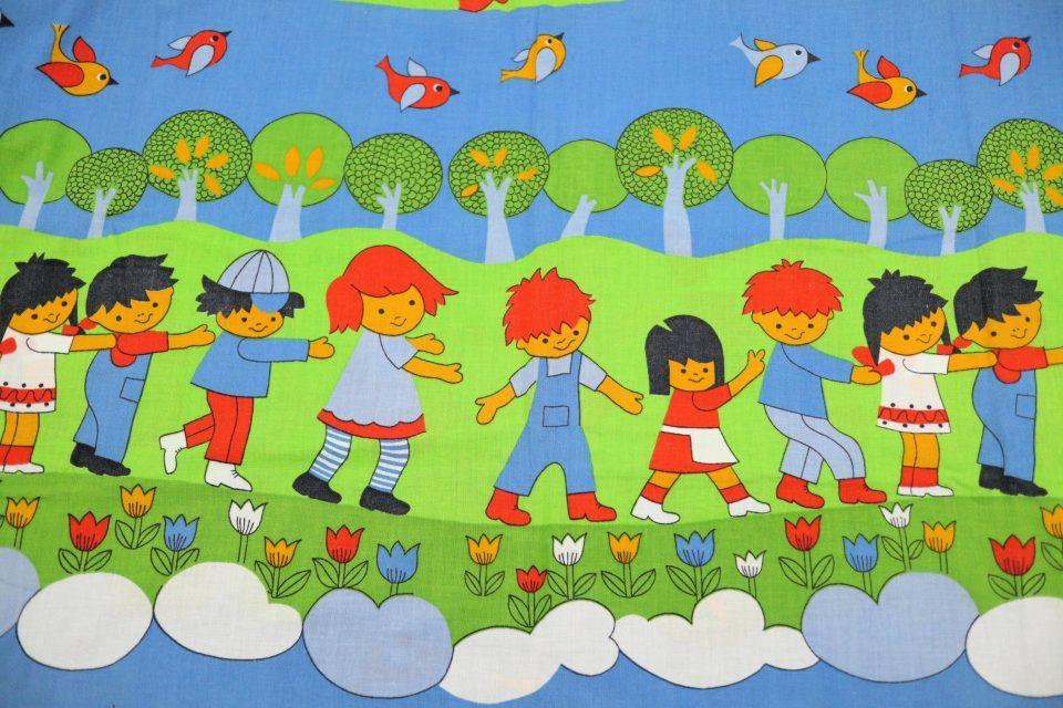 楽しい子どもたちのイラスト入りレトロファブリック 幅88cm