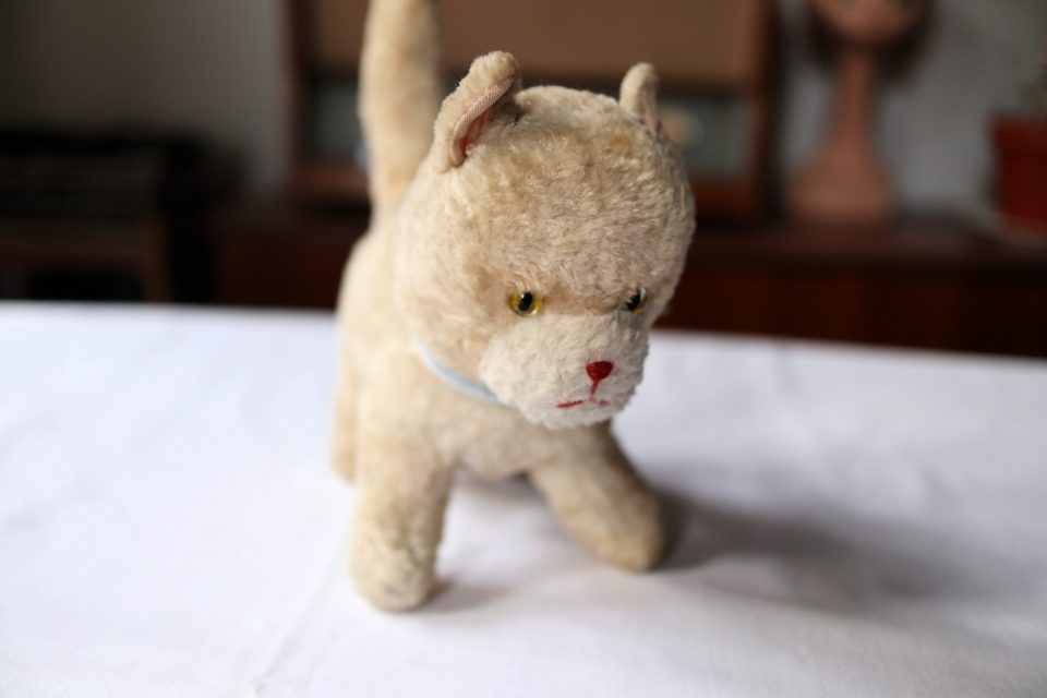 ずっしり愛らしいレトロな猫のぬいぐるみ