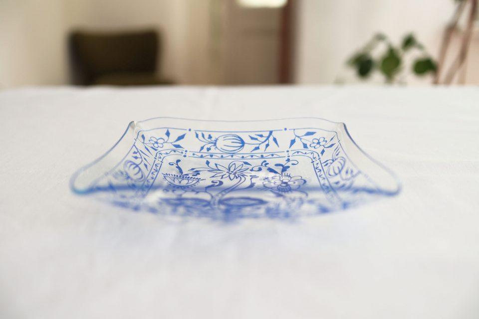 フォークロアなフローラル柄入りヴィンテージガラス皿