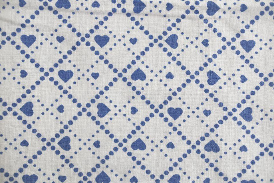嬉しいワイド幅! ブルーのハート格子柄レトロ布 幅137cm