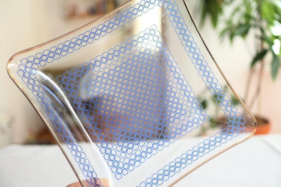 涼しげブルーのレトロなガラス皿 13.5cm角
