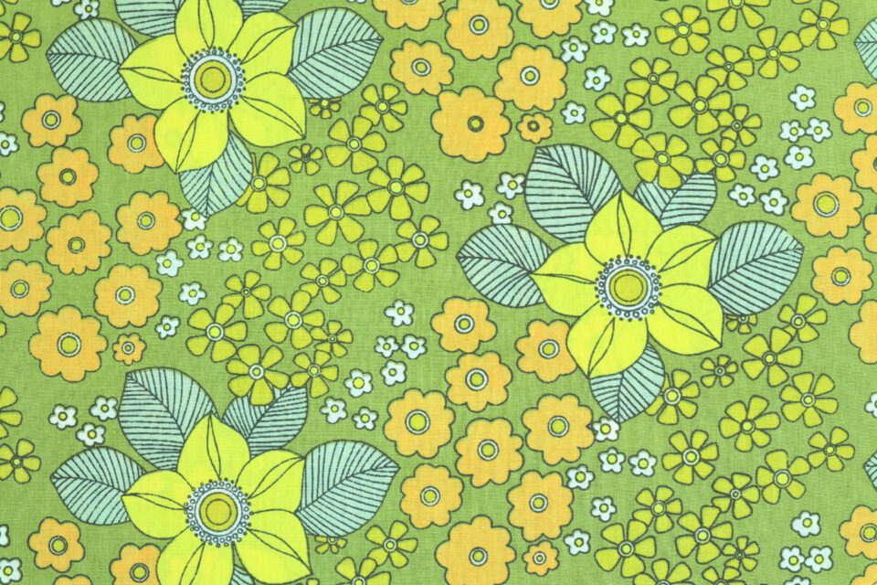 キラキラとした花モチーフのレトロ布(黄緑) 幅120cm