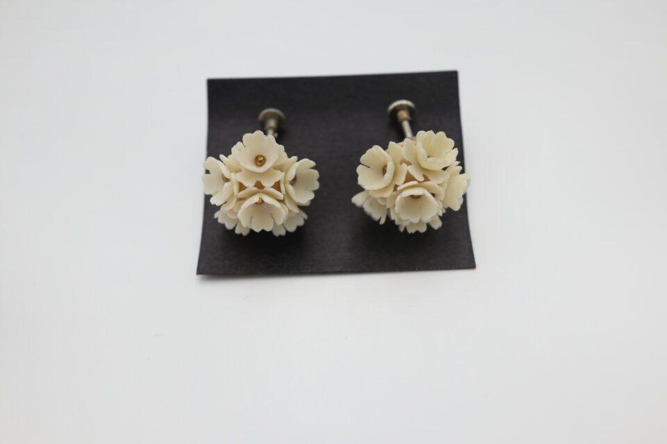 旧チェコスロバキア製 可憐な白い花レトロイヤリング