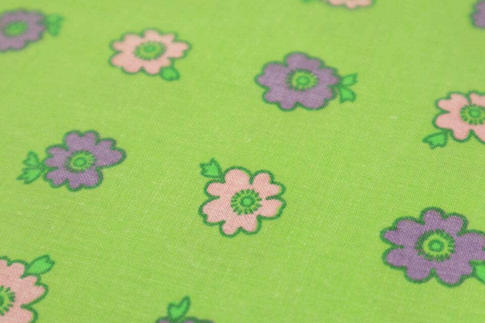 鮮やかグリーンの花柄レトロ布 幅130cm