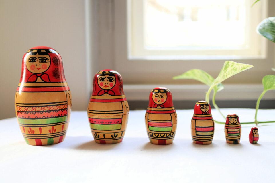 仲良く整列 お揃い衣裳の6人組レトロマトリョーシカ