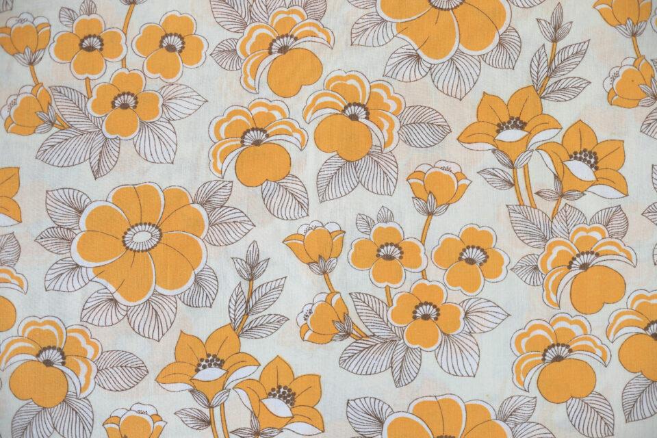 ノスタルジックな山吹色の花模様 レトロファブリック 幅125cm